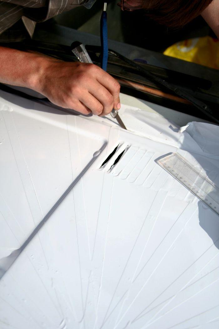Прорезаем вентиляционные отверстия на капоте